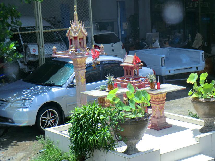 Что означают маленькие игрушечные домики возле домов тайцев?