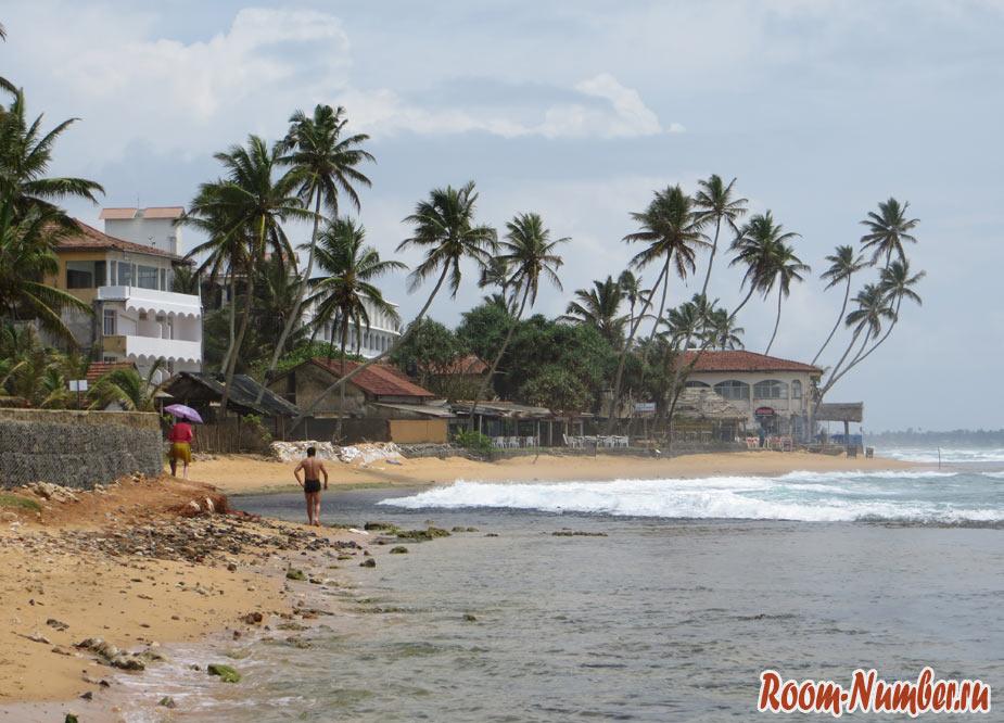 грязный участок побережья