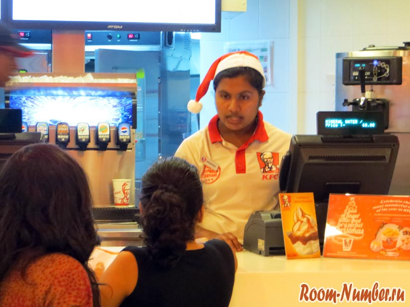 Продавец в кафе в шапке