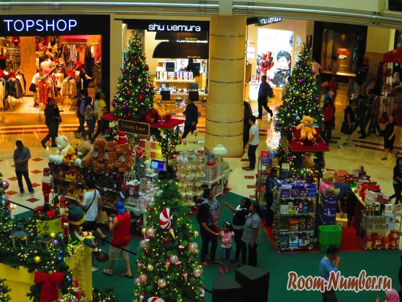 На Новый год в Малайзии люди спешат за покупками