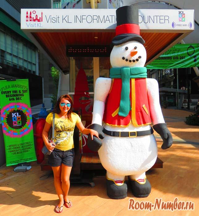 Новый год в Малайзии встречают с искусственными снеговиками