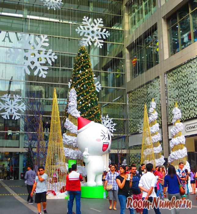 Новый год в Малайзии - возле торгового центра установили ёлку