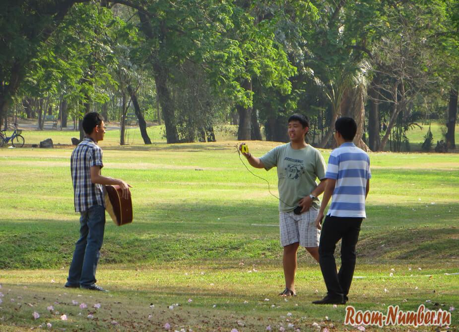 тайцы в парке