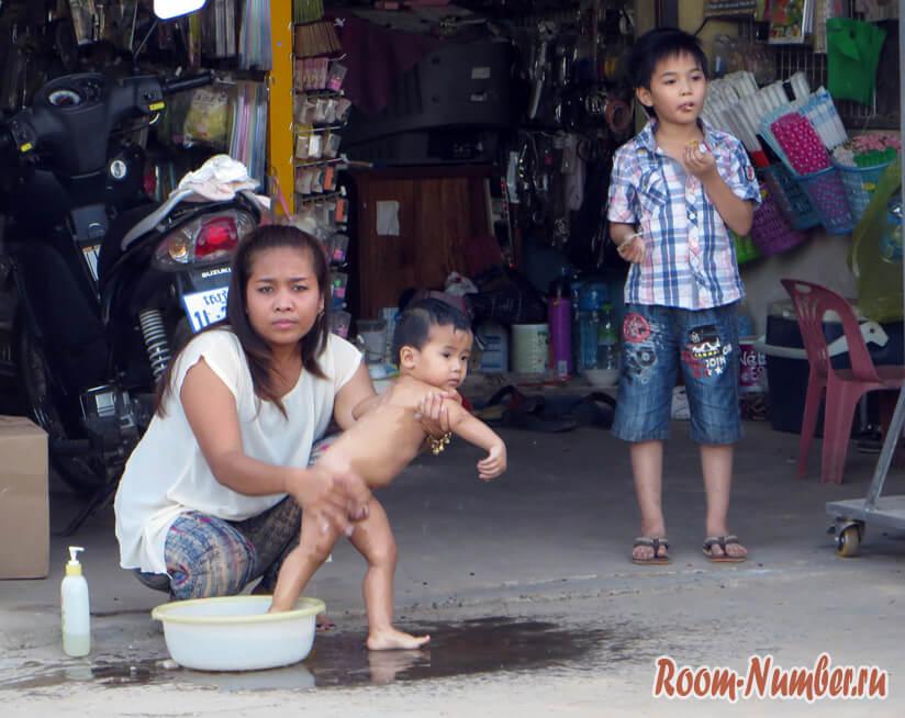 мытьё ребенка на улице