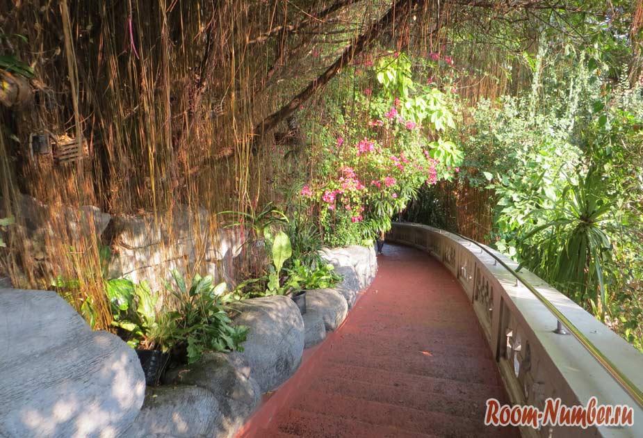 Подъем по лестнице к храму Золотая Гора в Бангкоке