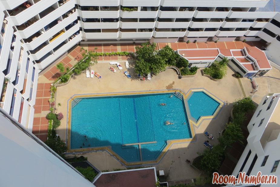Аренда квартиры в jomtien paradise condo без посредников возможна через интернет. На фото бассейн на первом этаже