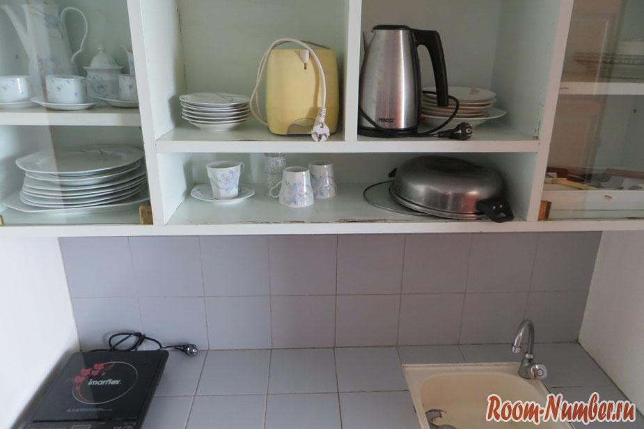 Аренда квартиры в кондо Джомтьен бич Парадайс. На фото кухня в одной из студий