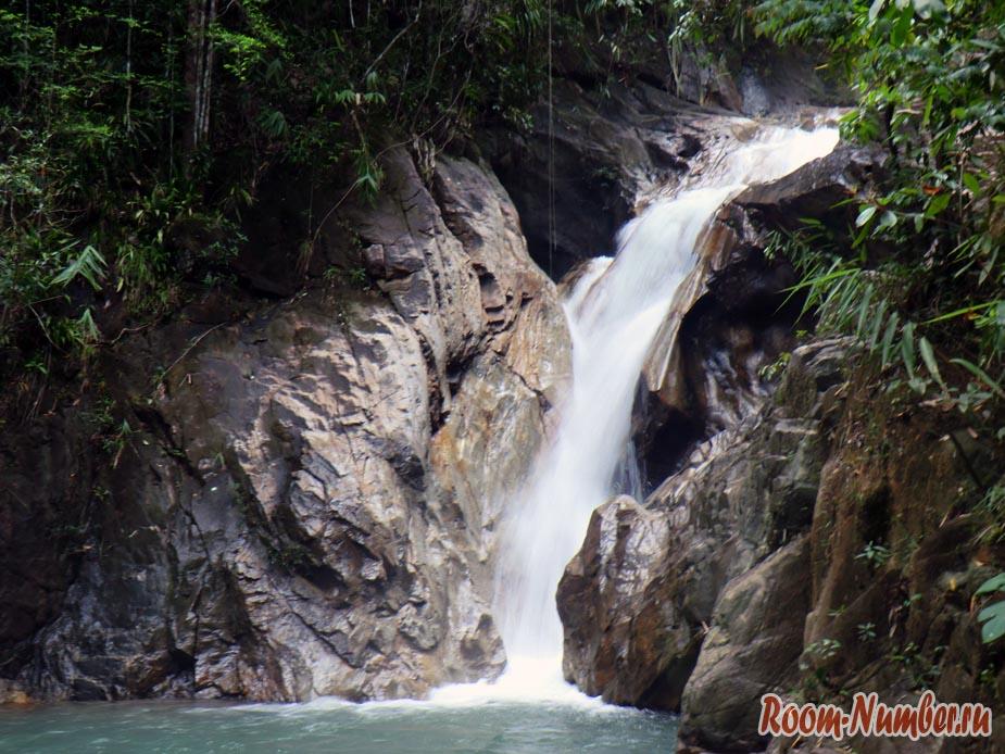 Водопад в национальном парке Khlong Phanom в Пханг-Нга