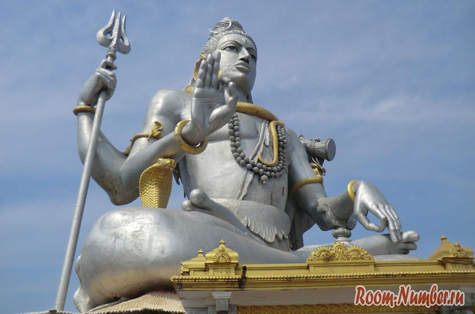 Статуя Шивы в Мурдешваре и башня Гопурам