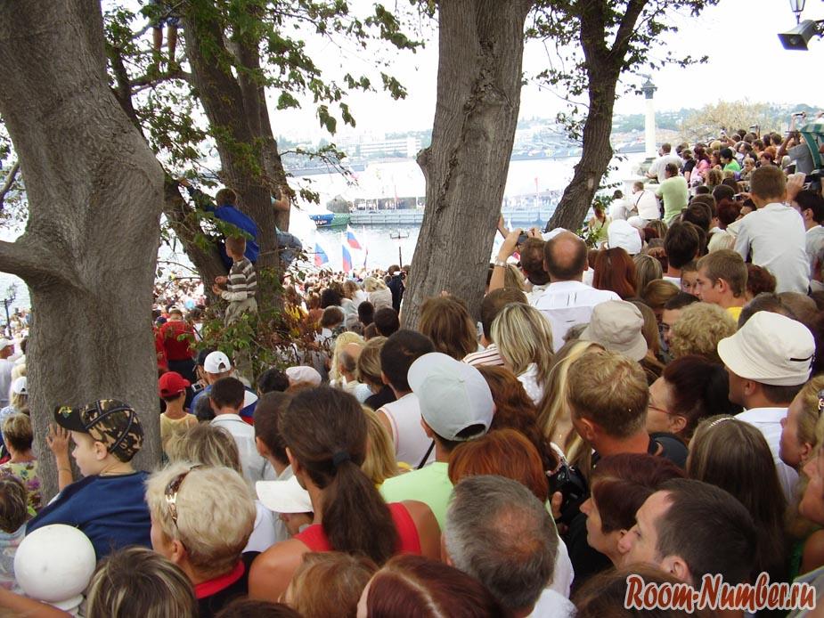 Люди на параде в Севастополе