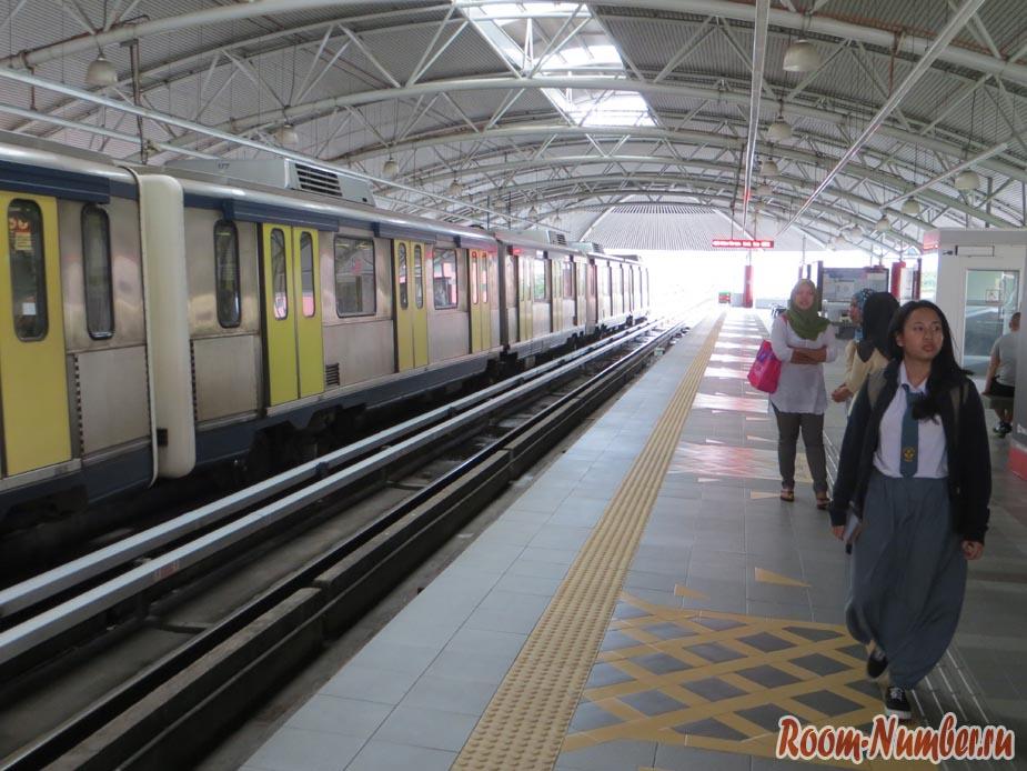 Поезд в метро Куала Лумпура