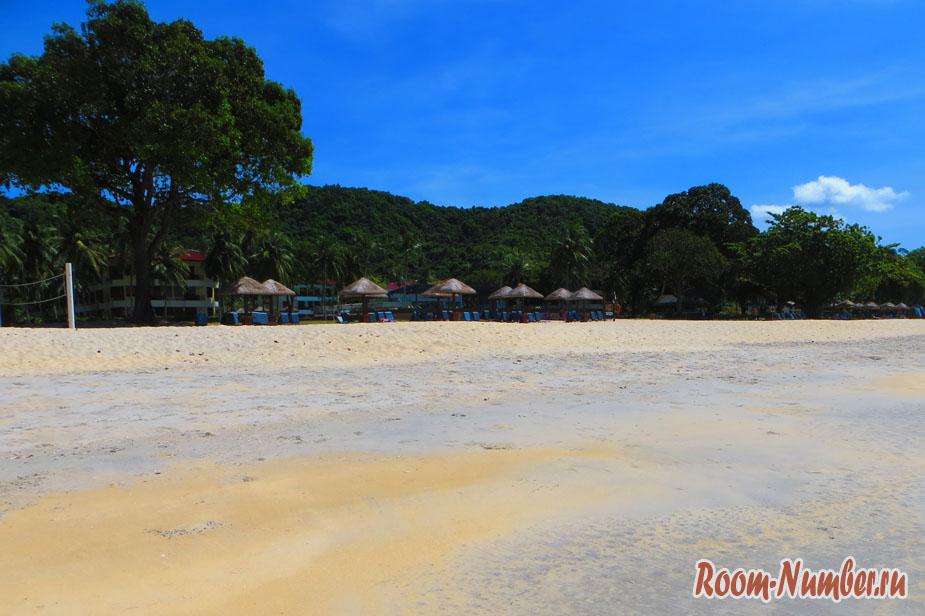 Песочный пляж Pantai Tengah