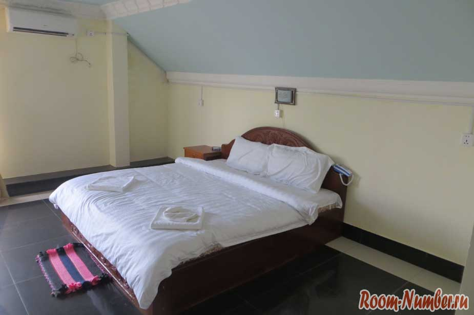 кровать в комнате
