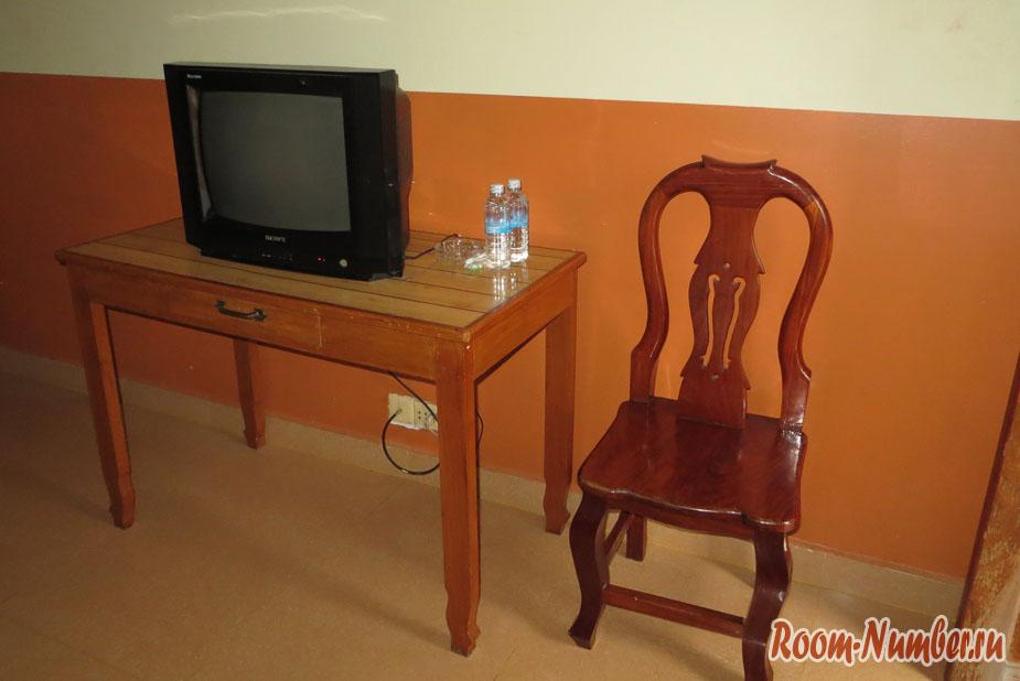 стол с телевизором и стул