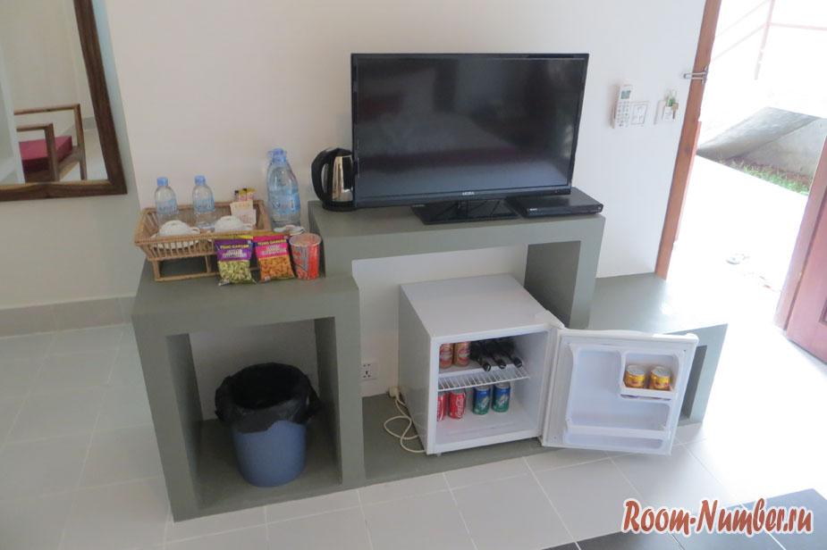 Телевизор и мини бар