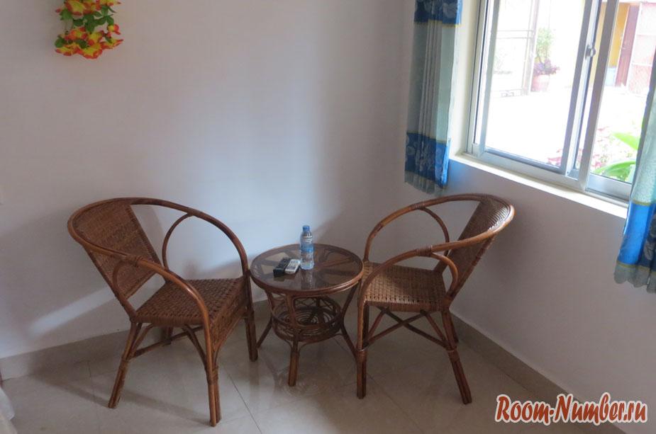 Kong Bar and Room. Комната, стол и стулья
