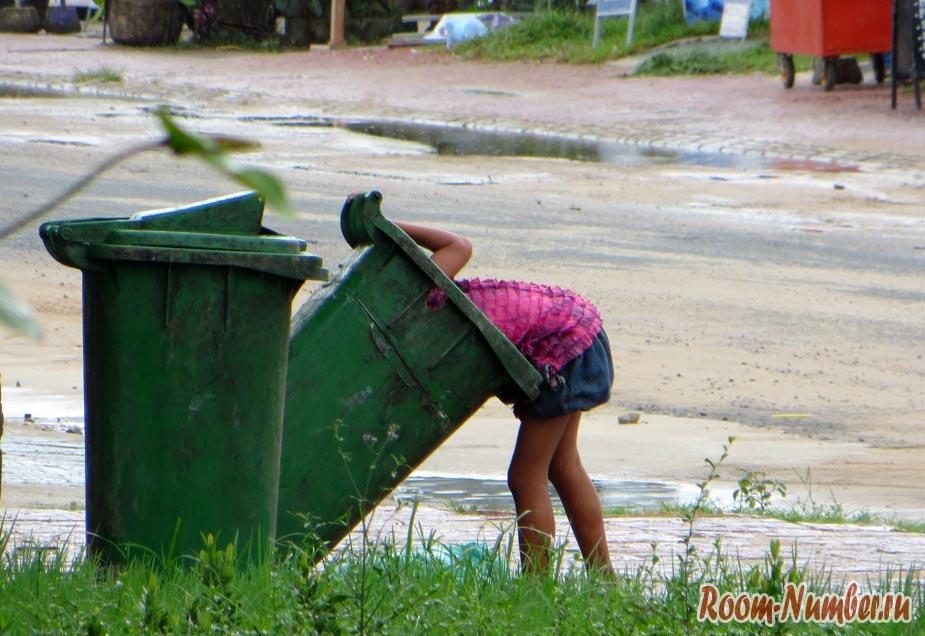 Девочка копается в помойке