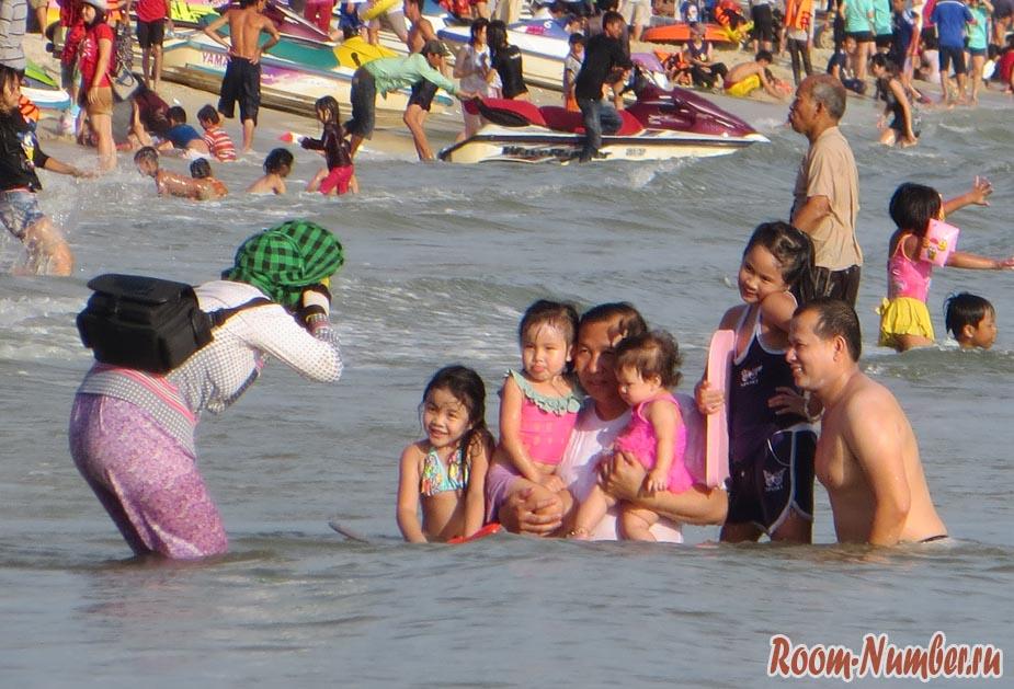 Семья кхмеров фотографируется в море в Сиануквиле