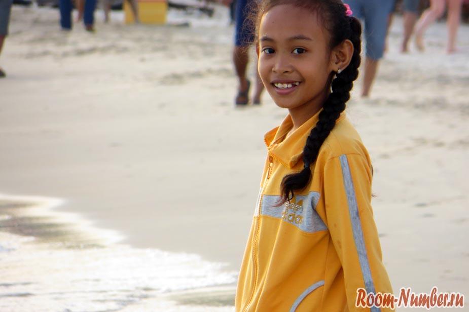 Девочка на пляже в Сиануквиле