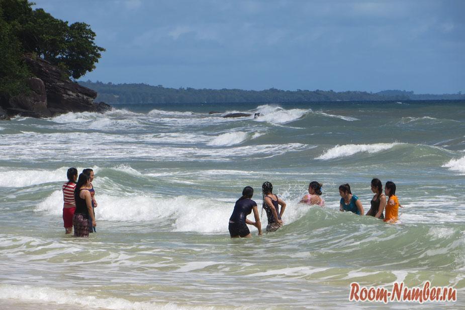 местные упаются на пляже соха