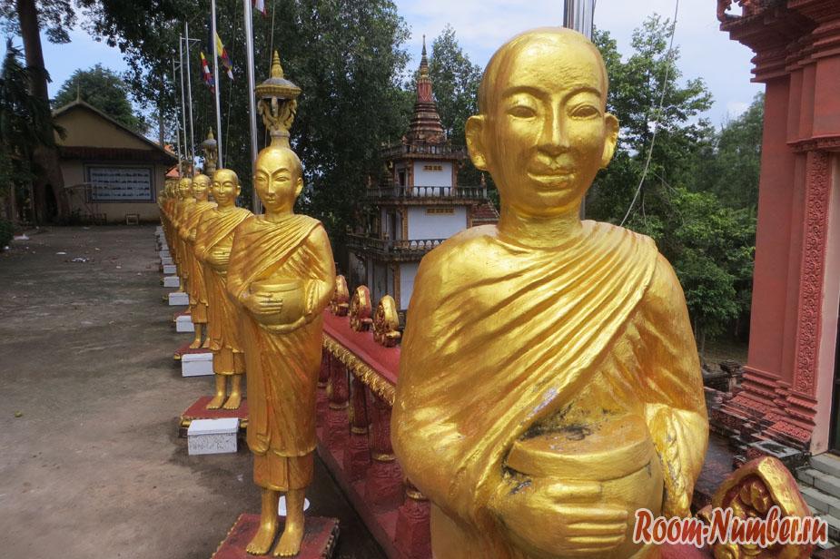 золотые статуи монахов