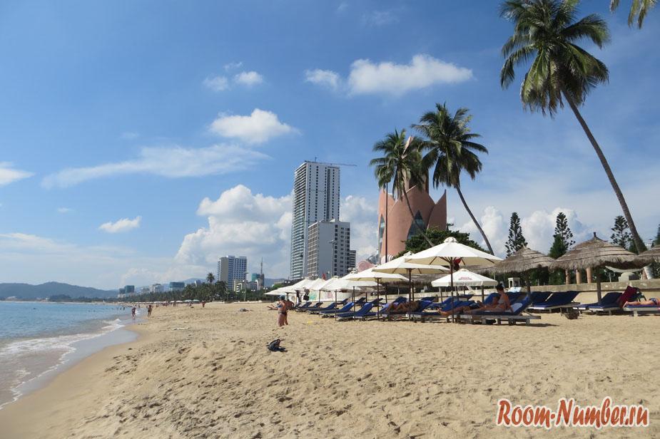 На фото: Нячанг, городской пляж
