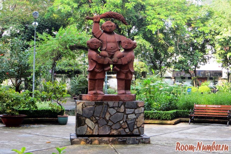 вьетнамский памятник