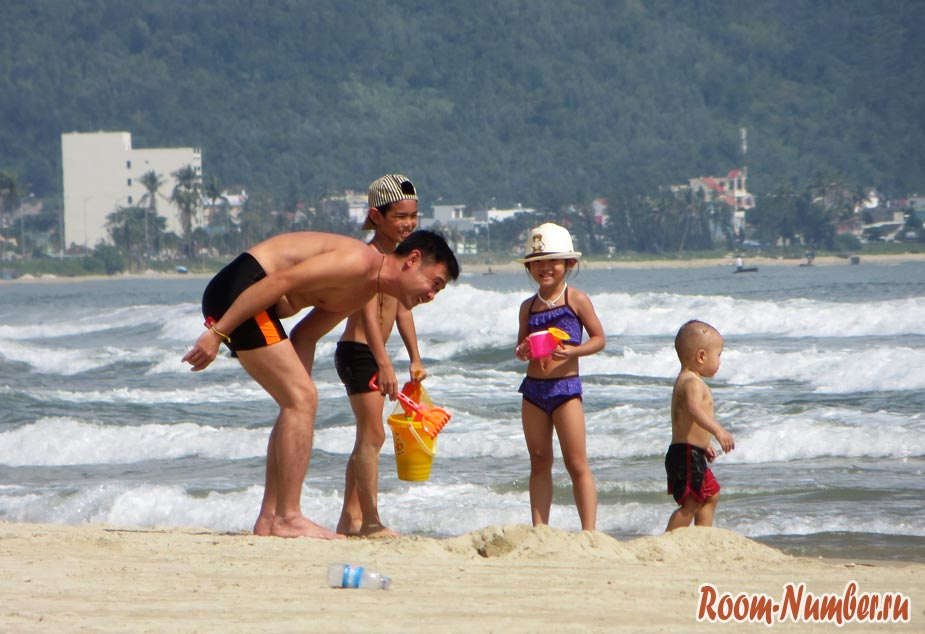 вьетнамцы на пляже