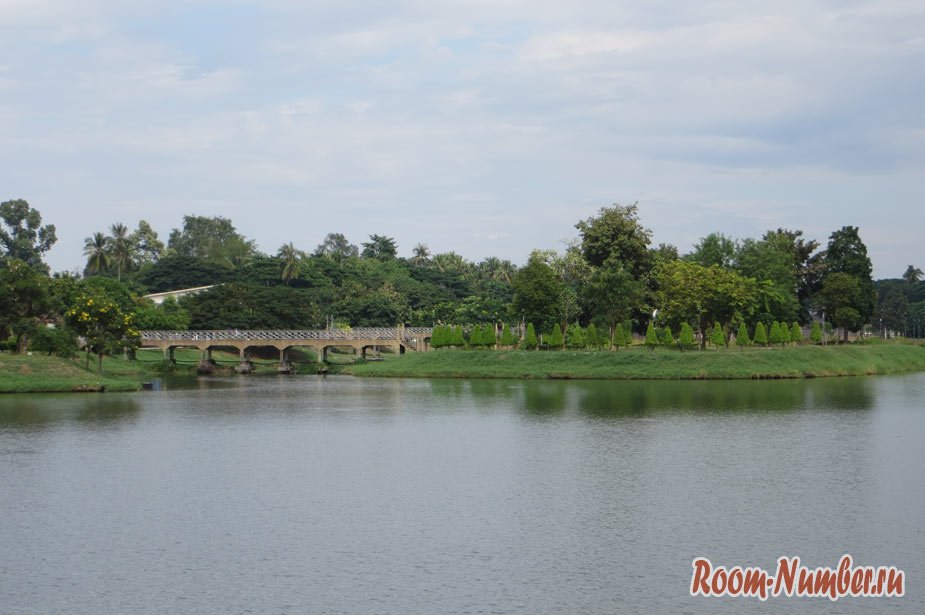 Chaloem Phrakiat Park Udon Thani — парк и китайский храм