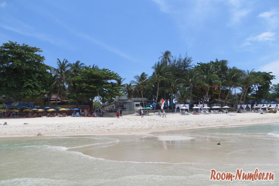 Прибрежная полоса с лежаками и ресторанами, где покушать на Чавенге можно не очень дорого