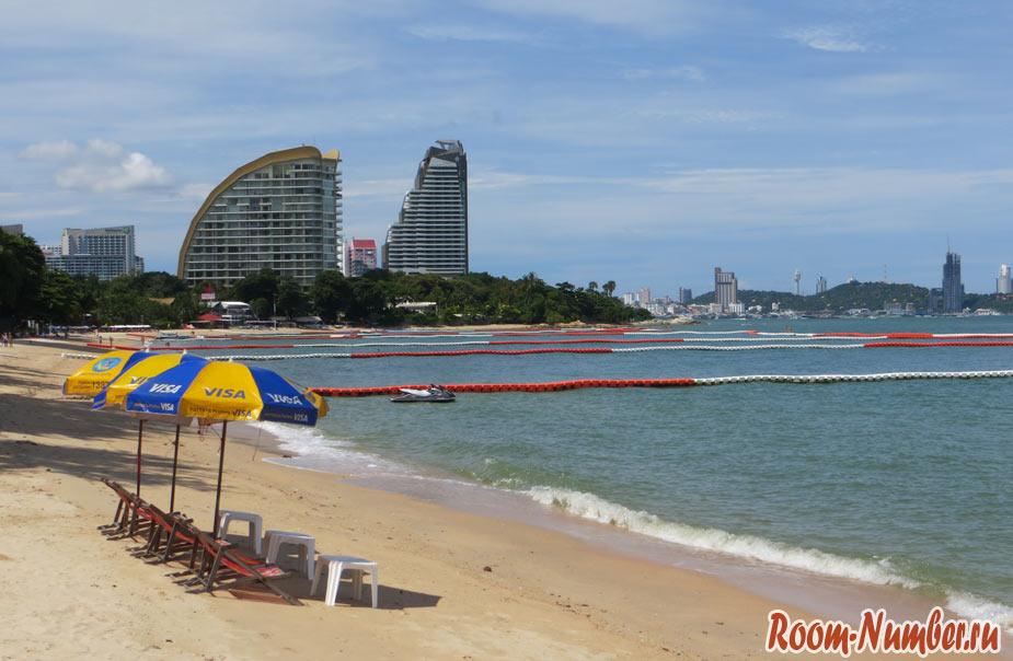 Пляж Вонгамата в Паттайе в центральной части. Фото лежаков и моря