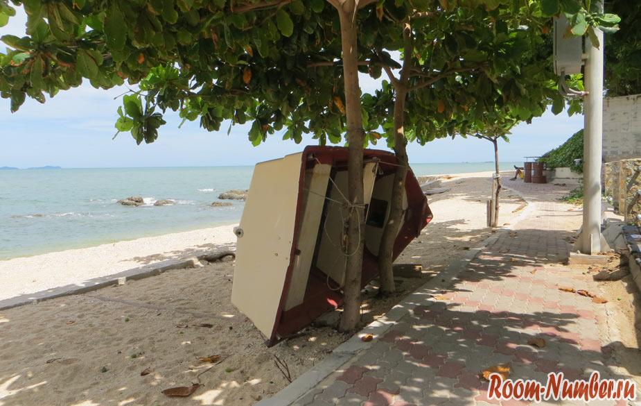 рыбацкая лодка в правом конце пляжа вонгамат паттайя