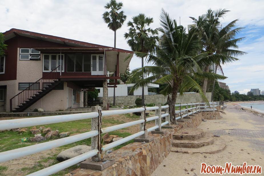 заброшенный отель на берегу моря на пялже вонгамат в северной паттайе