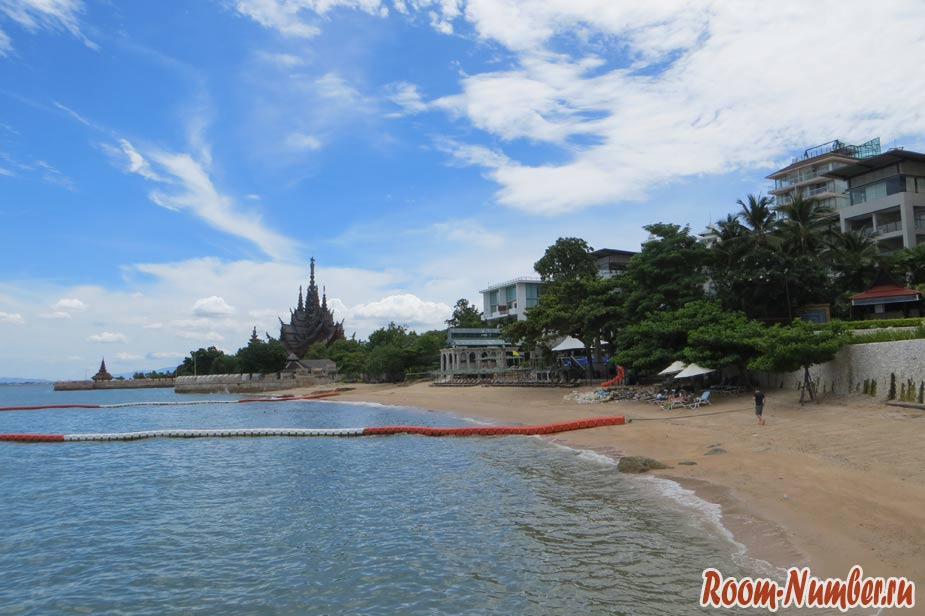 crescent-moon-beach-pattaya-01
