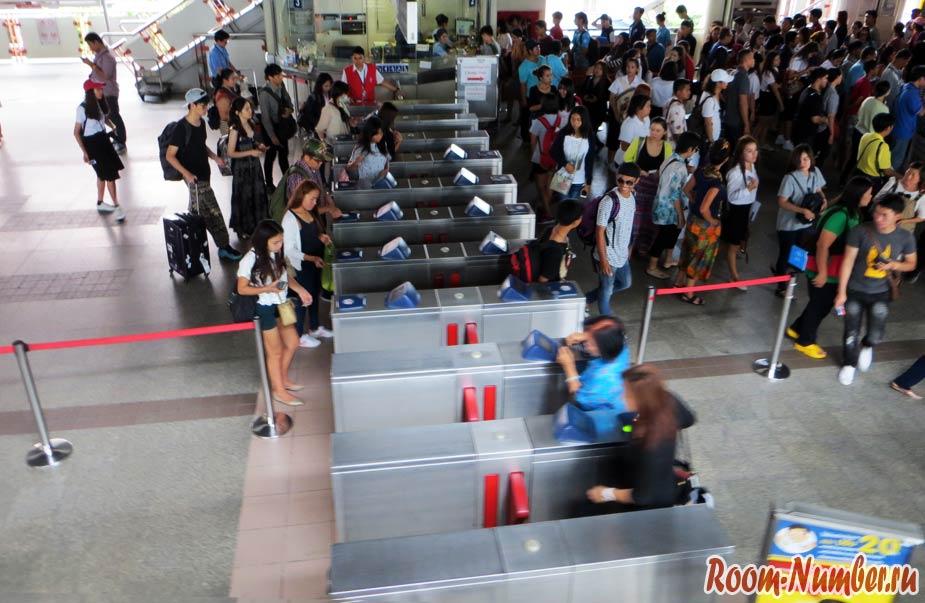 проход через турникеты в метро бангкока