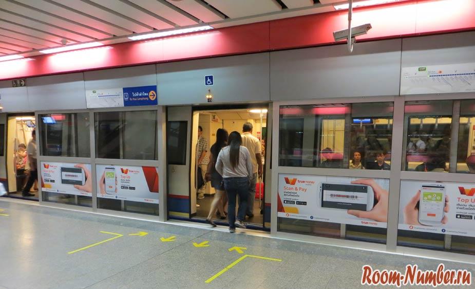 Посадка в поезд в метро Бангкока