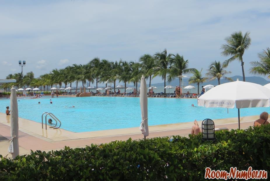 бассейн на пляже амбассадор отель