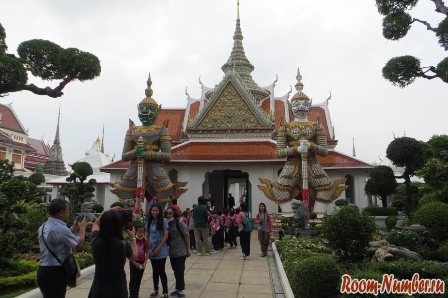 территория храма ват арун и стражники