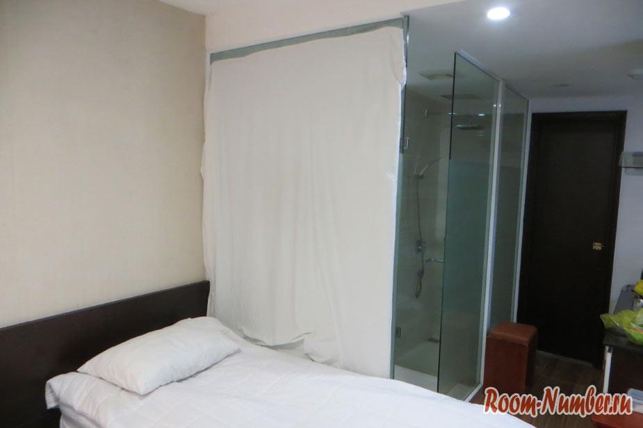 Стеклянная стена ванной в номере отеля
