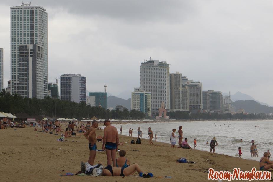 Туристы загорают на пляже Нячанга в январе в плохую погоду