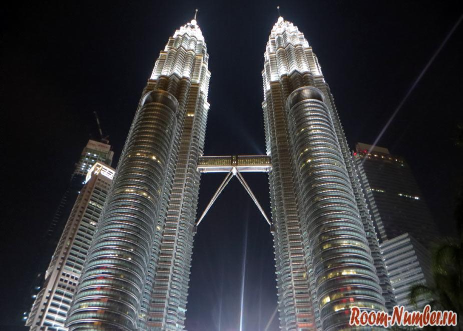 Башни Петронас в Куала-Лумпур и парк с поющими фонтанами