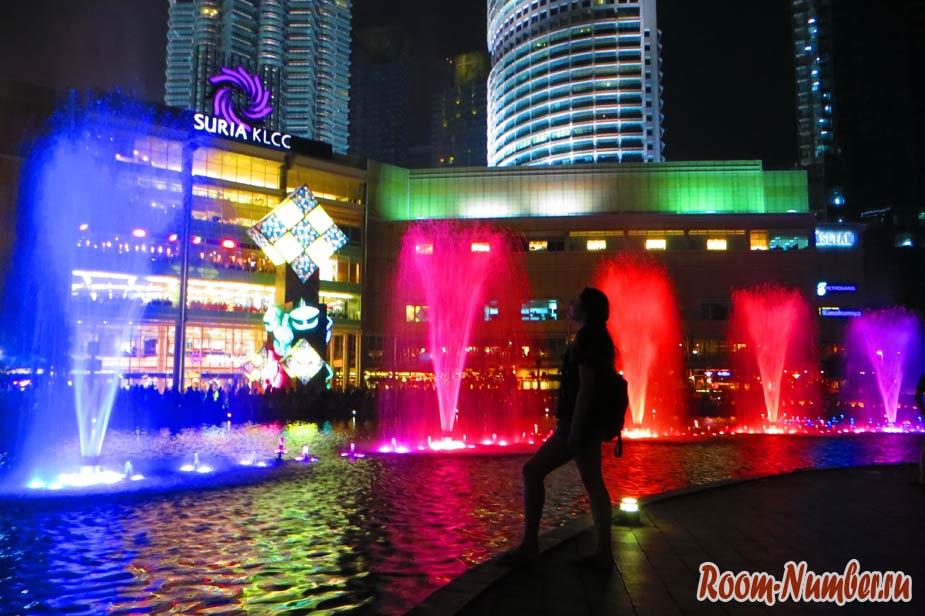 шоу фонтанов возле башни петронас в куала лумпуре