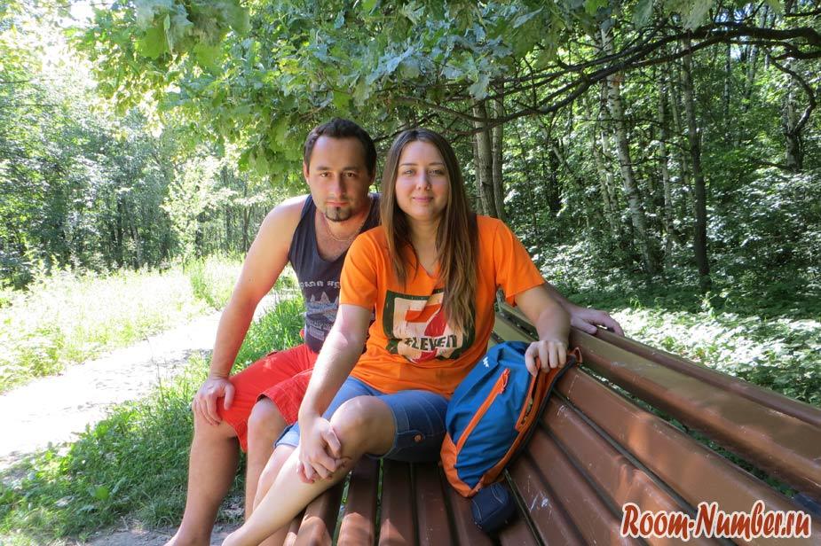 Слава и Катя в лесу на лавочке