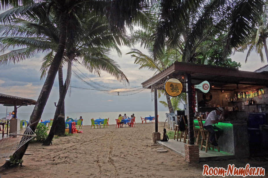 Закатный бар The Beach в Као Лаке с живой музыкой и небольшим пляжиком