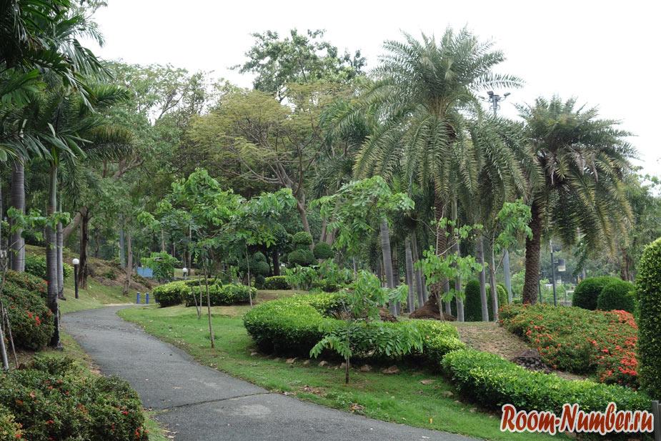 Парк в Паттайе на холме Пратамнак