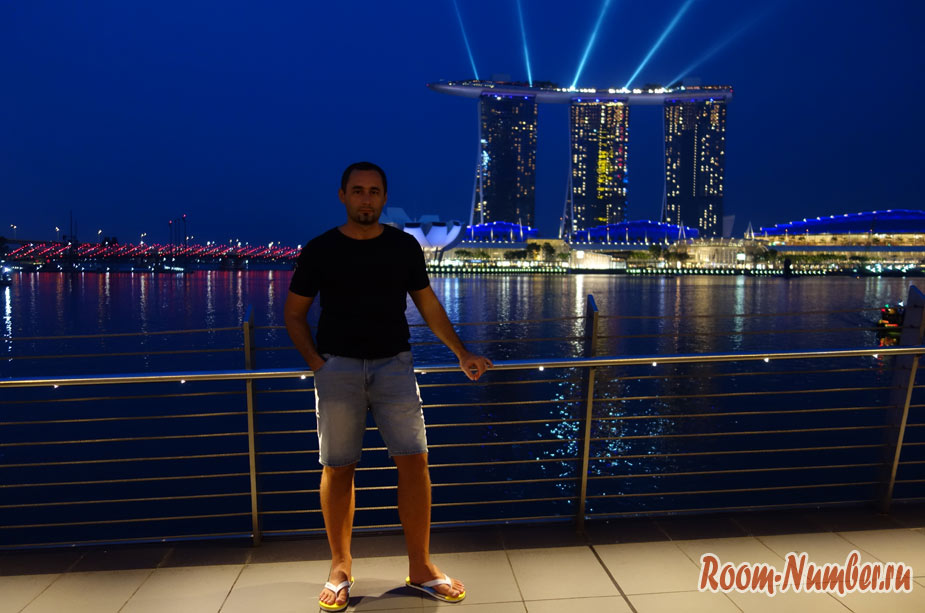 Набережная в Сингапуре с видом на Marina Bay, статуя Мерлиона и Клар Ки