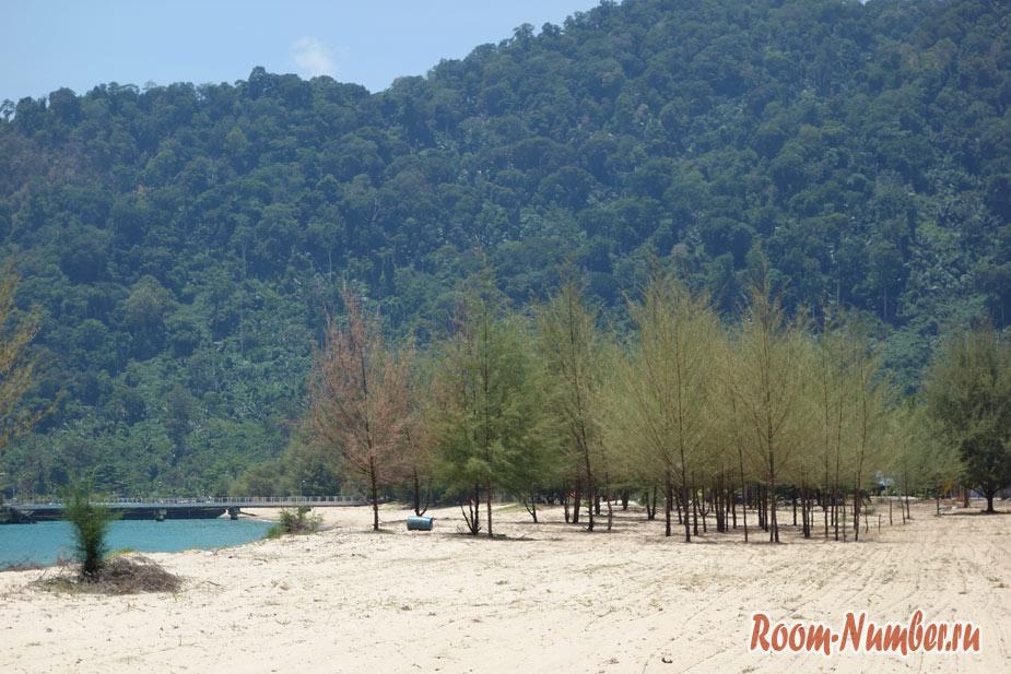 Пляж и деревня Текек на Тиомане с магазинами дьюти фри