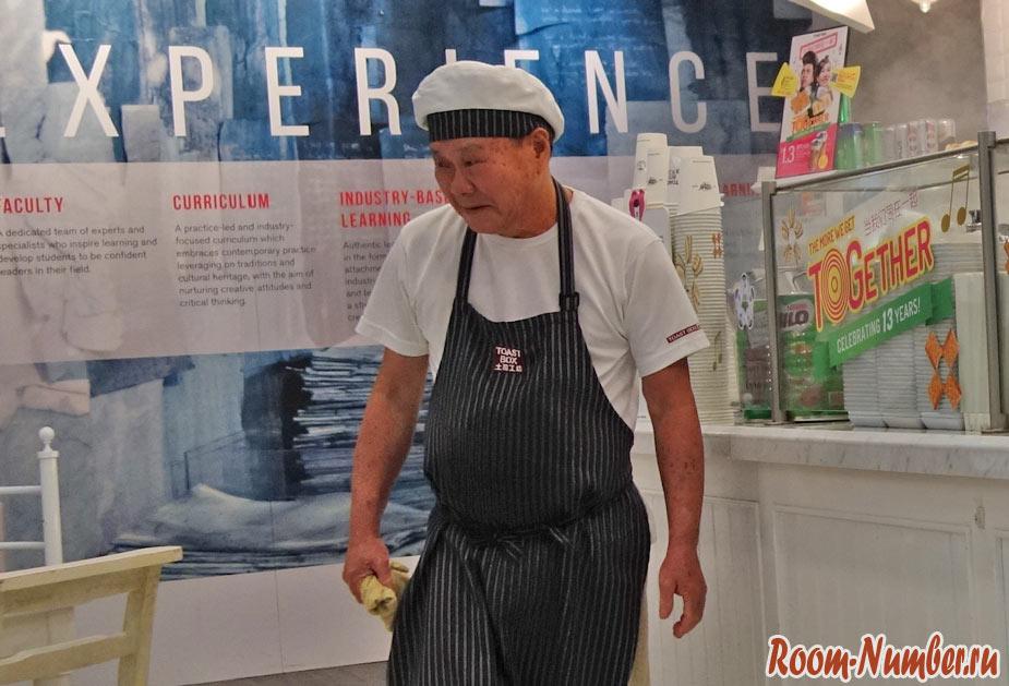 Старики работают в Сингапуре обслуживающим персоналом