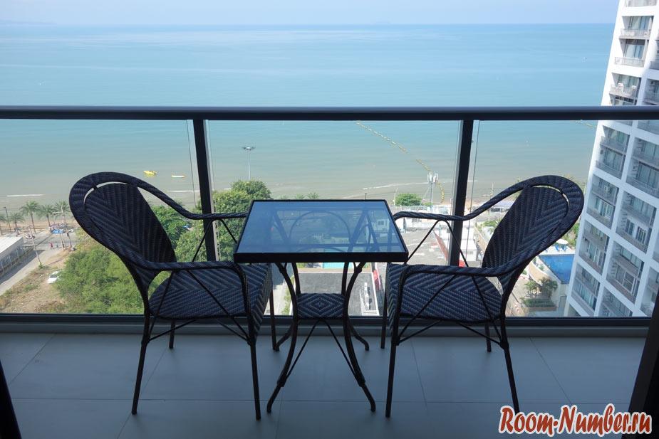 большой балкон со столиком в квартире в aeras кондоминиум