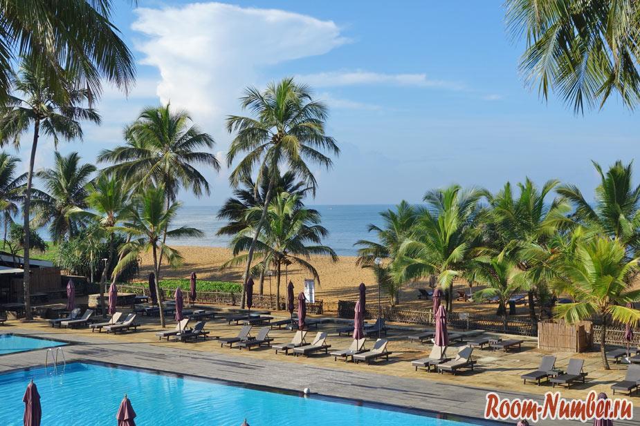 вид на пляж Калутара из отеля Авани